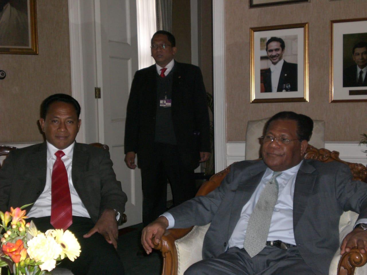 Bung Komar bersama mantan Gubernur Papua periode 2006-2011 (Barnabas Suebu)  dan Berty Fernandez Mantan Dubes Peru, di Kantor Kedutaan Besar Indonesia di London 2007